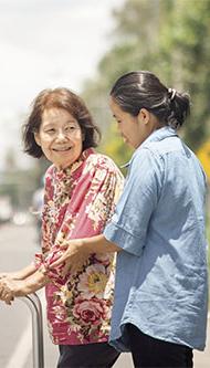 mulher_jovem_ajudando_i_opt
