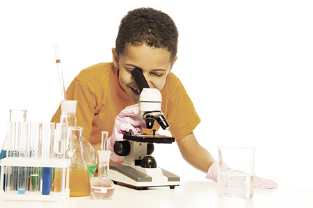 crianca_microscopio_s_opt