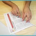 2. Faça rolinhos com ¼ da folha de jornal e prenda a ponta com cola.