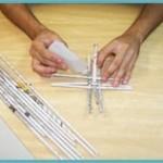 3. Trance três rolinhos na vertical com três na horizontal, para formar a base, e cole-os.
