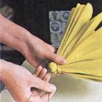 A seguir, coloque as pétalas no talo e feche-o, apertando bem.