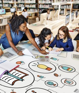 professora_negra_estudos_ensina_alunos_conhecimento_escola_biblioteca_aula_shutterstock_438155443_Rawpixel.com
